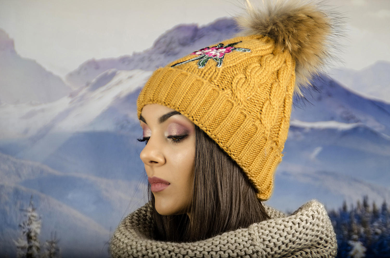 Горчица Дамска Зимна Шапка с Естествен Пух и Цвете