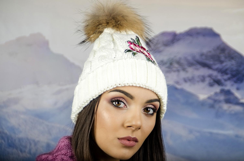 Бяла Дамска Зимна Шапка с Естествен Пух и Цвете