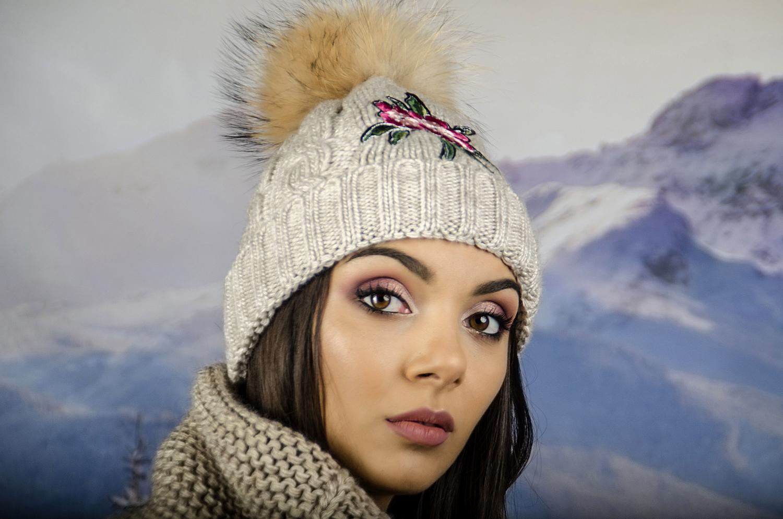 Бежова Дамска Зимна Шапка с Естествен Пух и Цвете