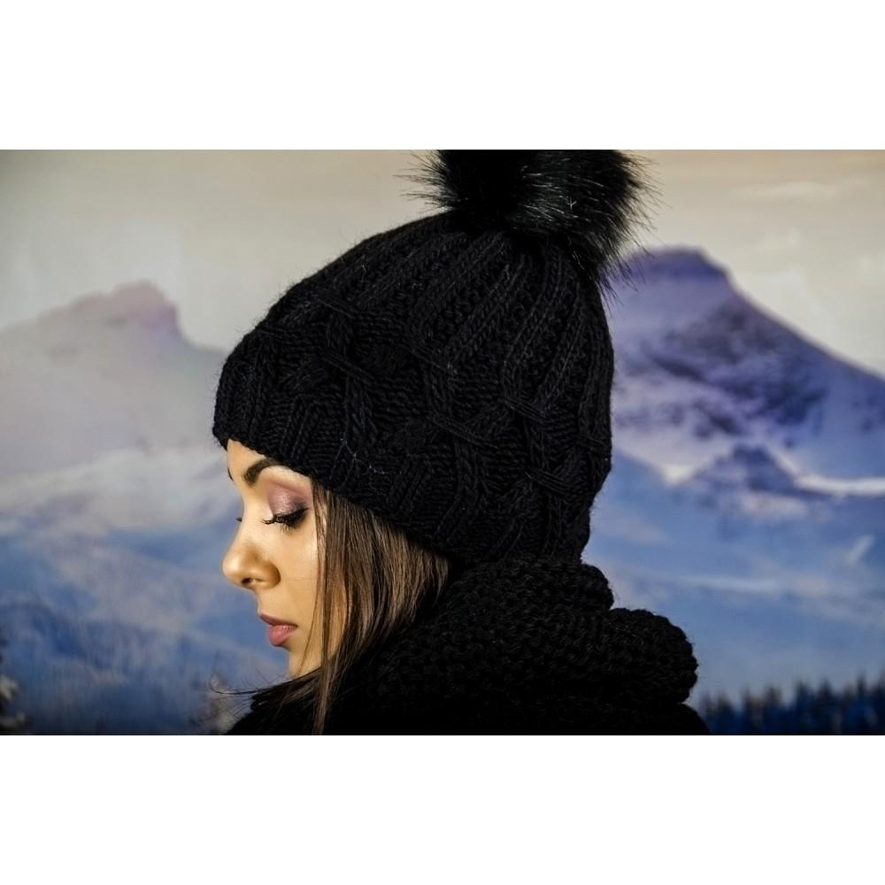 Плетена Дамска Шапка в Черно