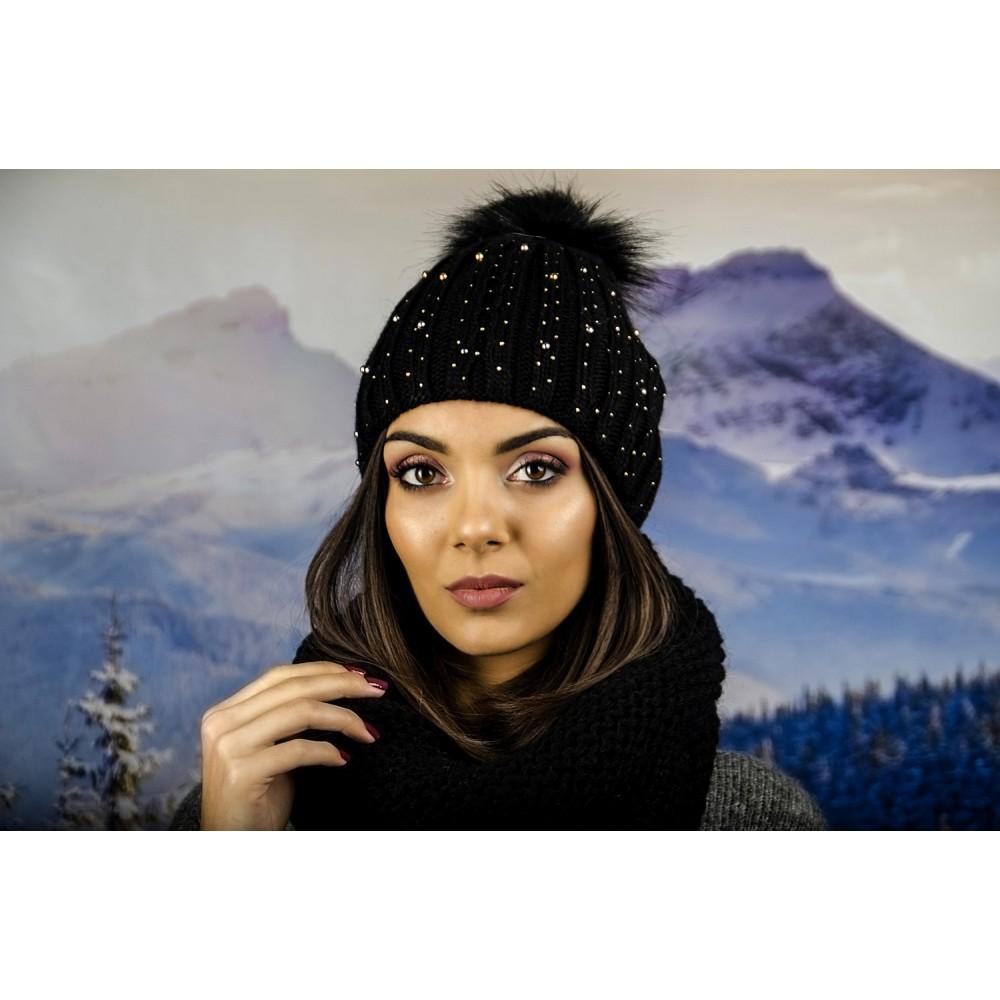 Дамска Зимна Плетена Шапка с Черен Еко Помпон в Черно