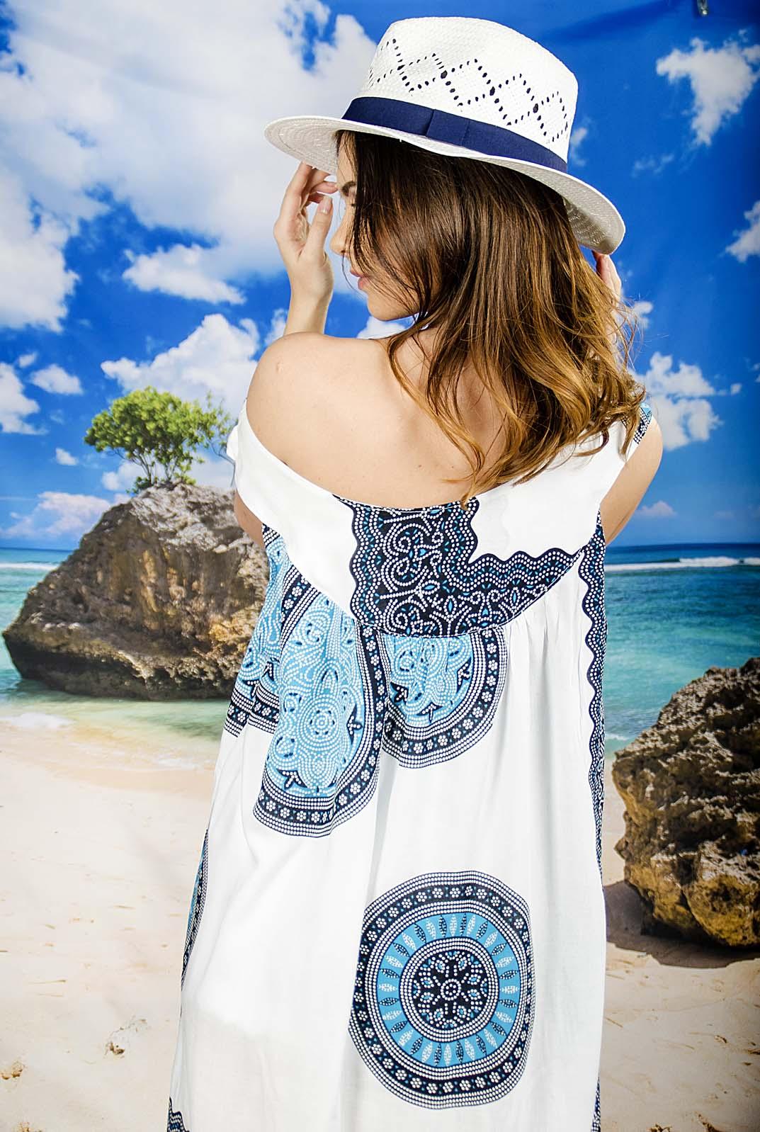 Плажна Рокля в Бяло със Светло Сини Орнаменти