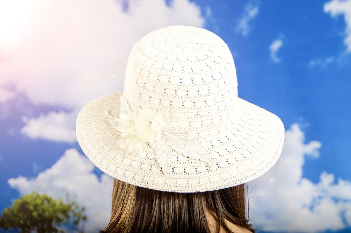 Дамска Лятна Шапка Плетена с Цвете в Екрю