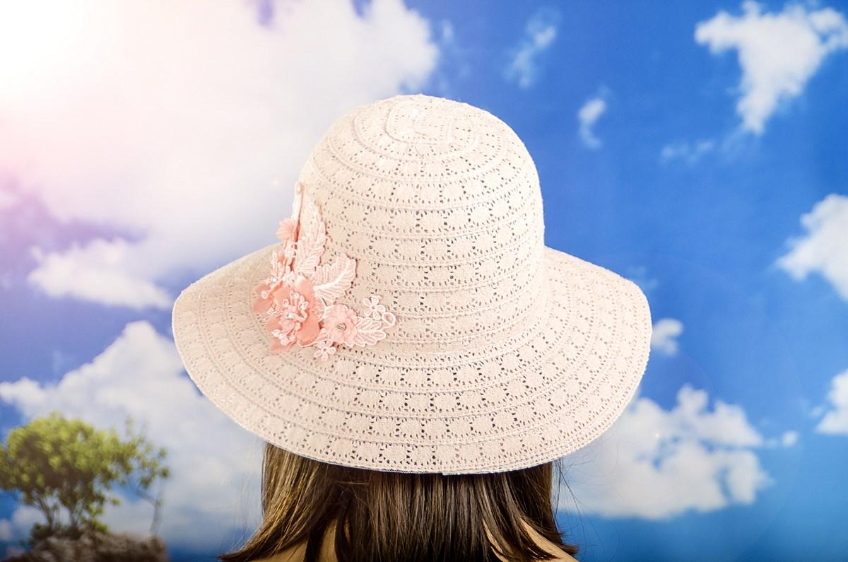 Дамска Лятна Шапка Плетена с Цвете в Цвят Праскова