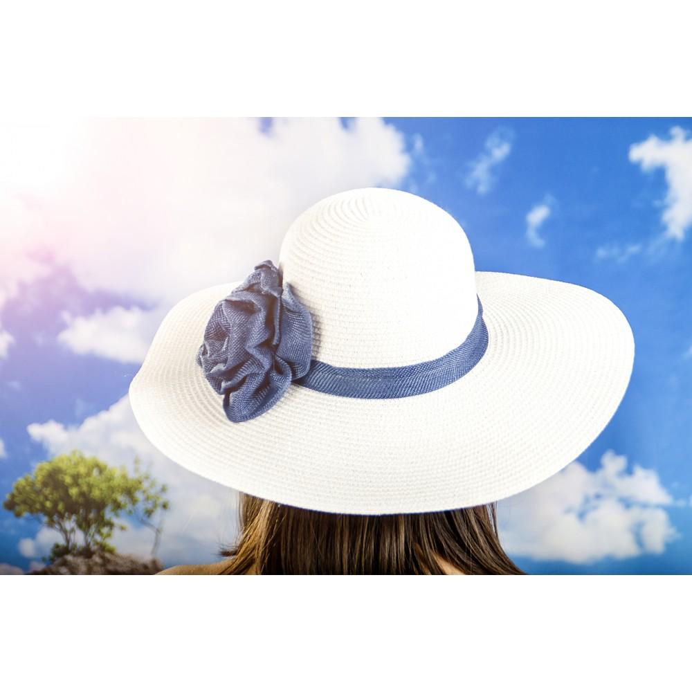Дамска Лятна Шапка в Бяло със Синьо Цвете