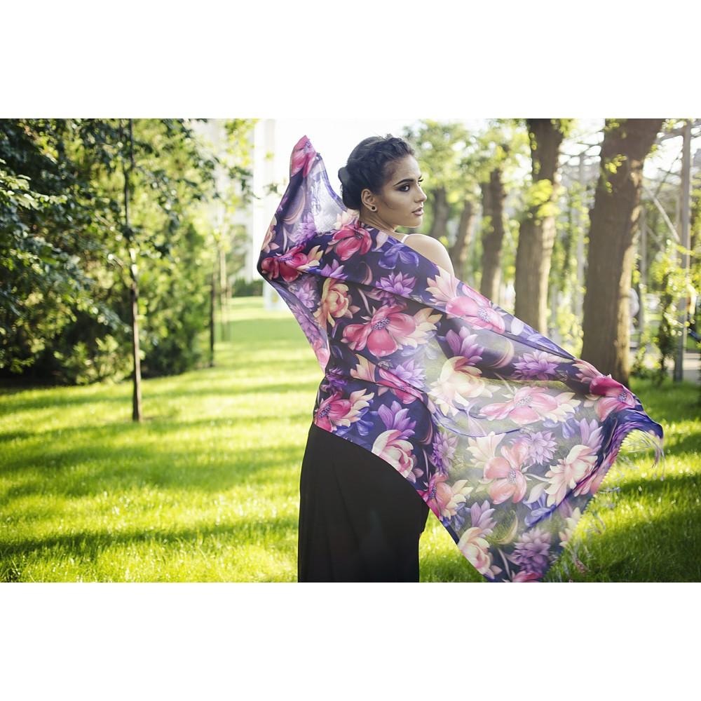 Дамски Летен Шал с Тропически Цветя на Тъмно Лилав Фон