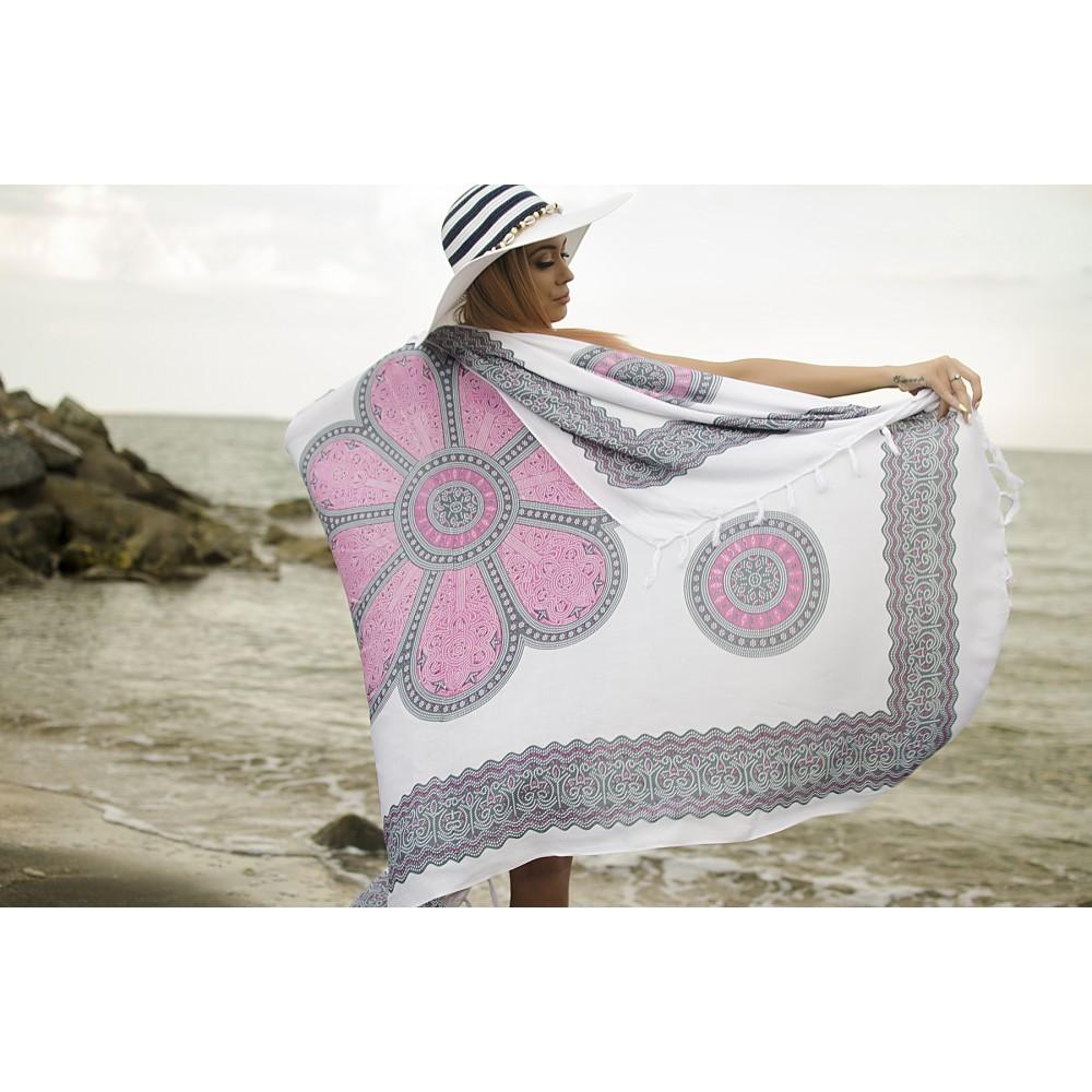 Плажен Шал в Бели и Розови Орнаменти