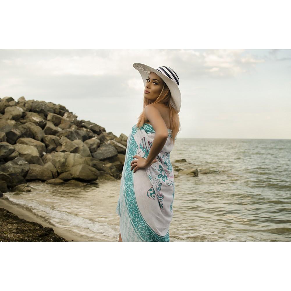 Плажен Шал в Бяло и Синьо-Зелено със Слонче