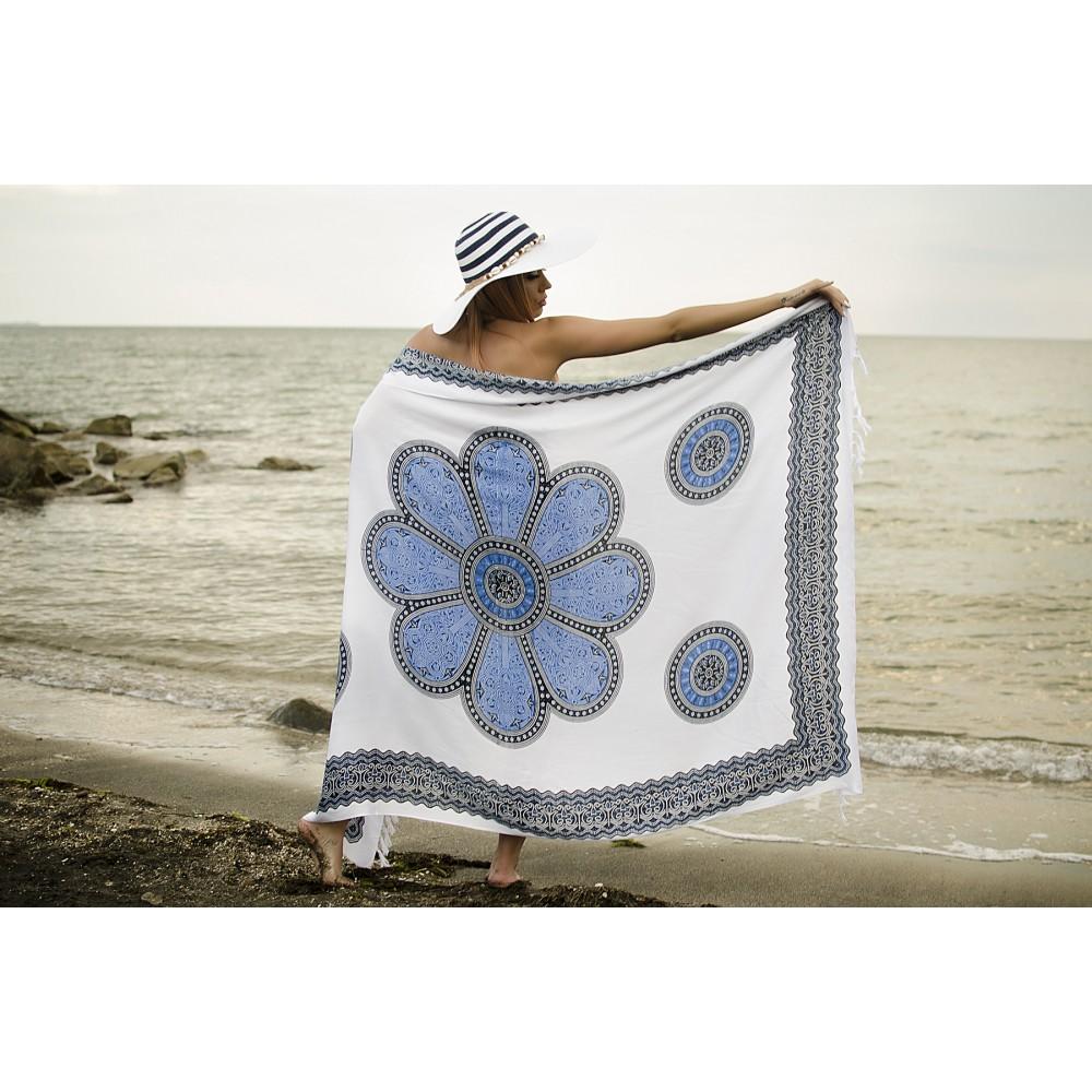 Плажен Шал в Бяло и Синьо с Орнаменти