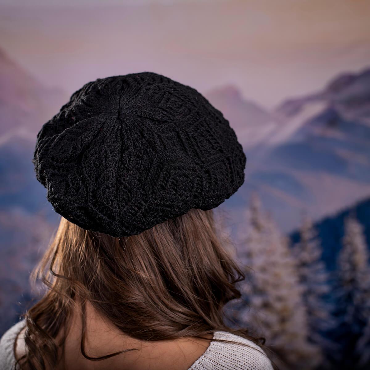 Дамска зимна барета в черно