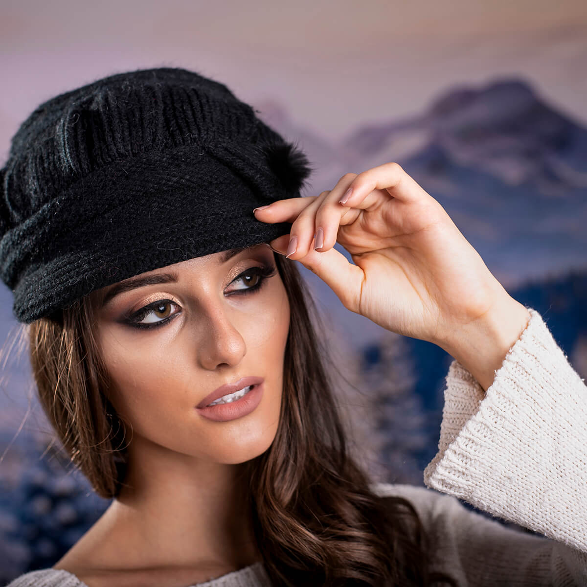 Зимна Дамска шапка Ангора с козирка в Черно