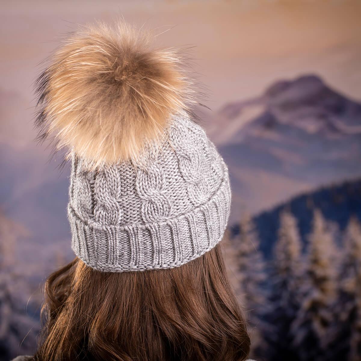 Дамска Зимна Шапка Плетена в Светло Сиво