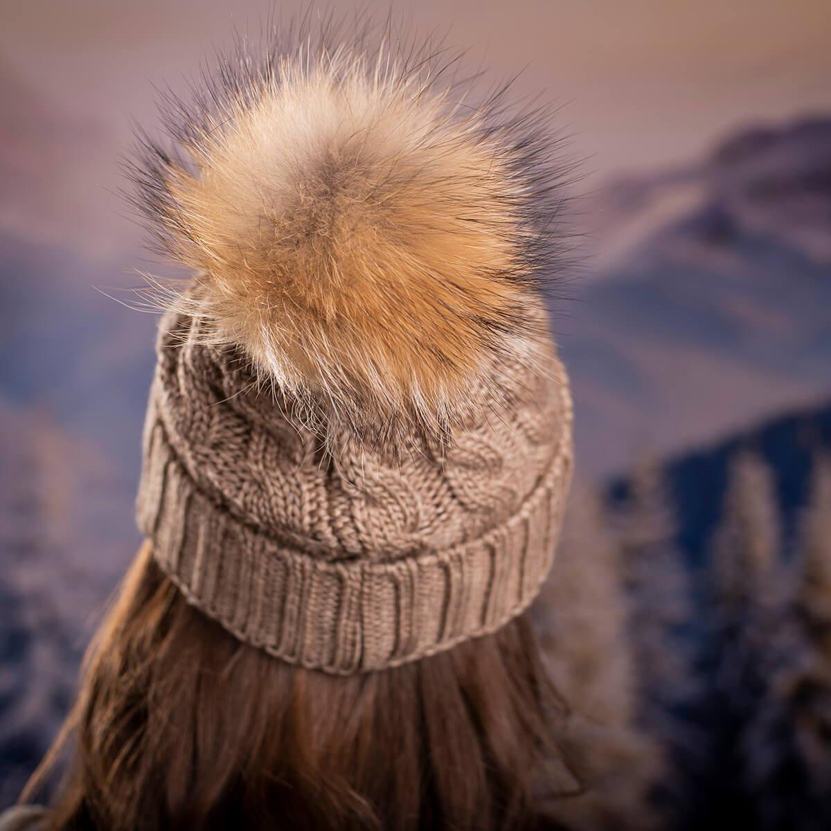 Дамска Зимна Шапка Плетена в Светло Кафяво