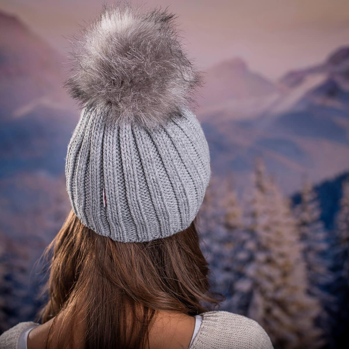 Дамска зимна шапка с перлички в Сиво