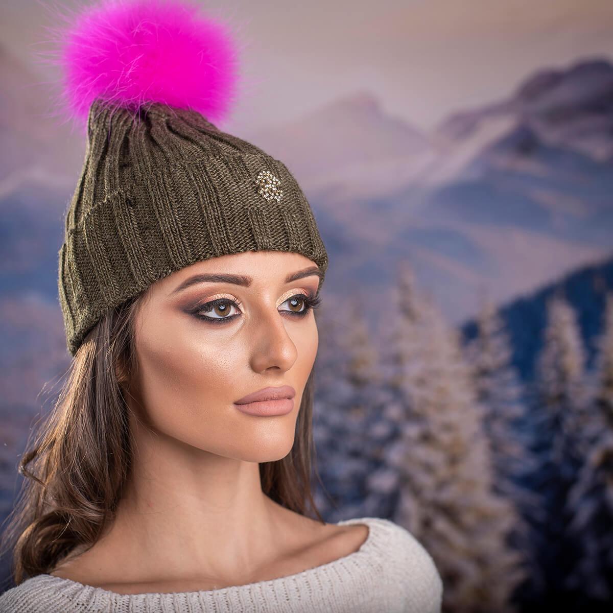 Дамска Маслено зелена шапка с розов помпон