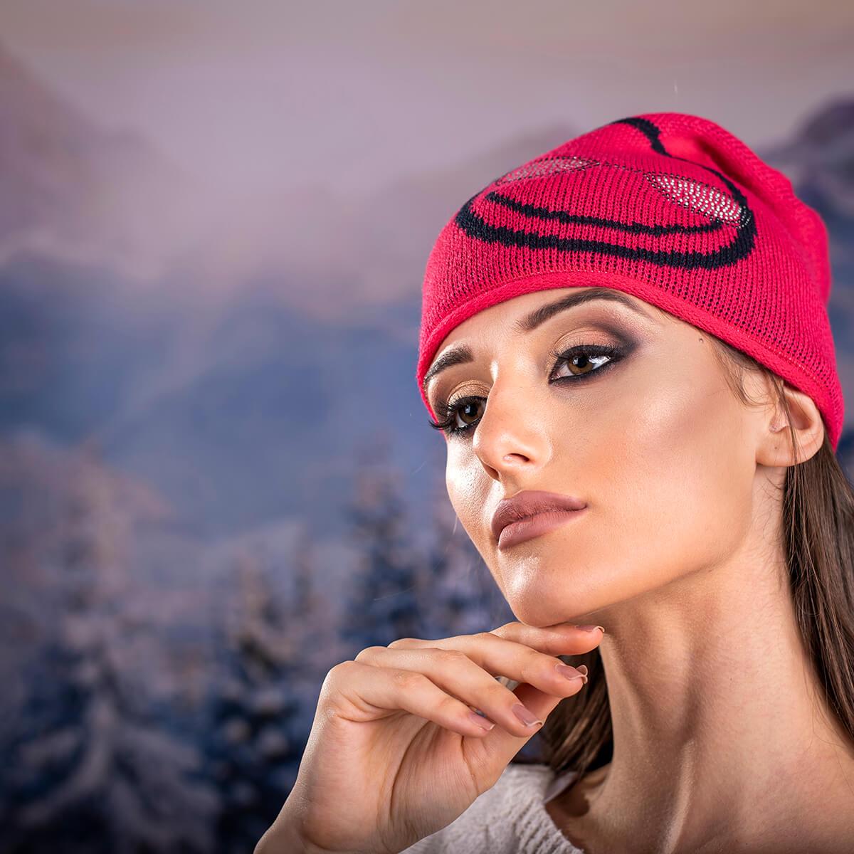 Дамска Зимна Шапка с Емотикон в Червено