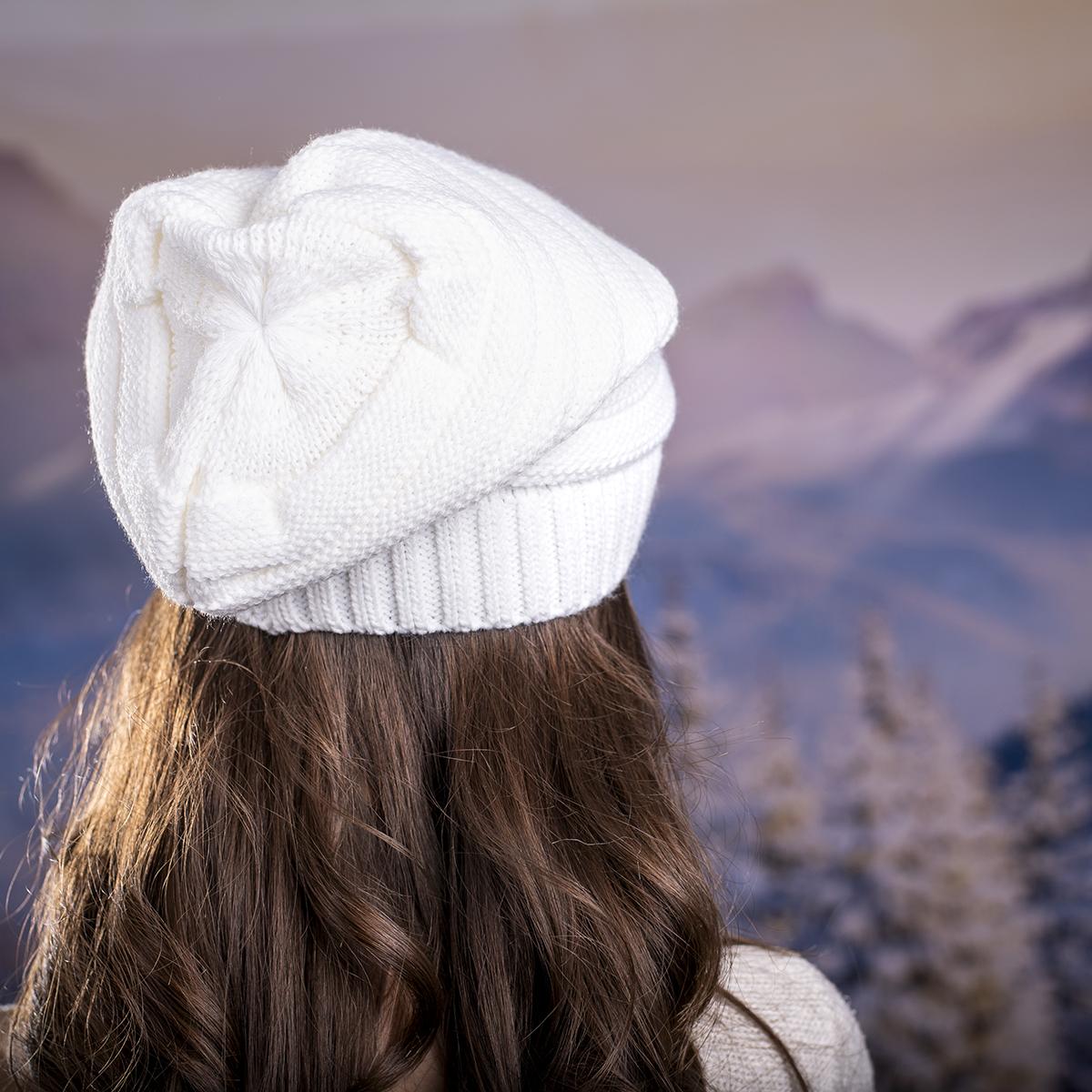 Дамска плетена шапка в Бяло