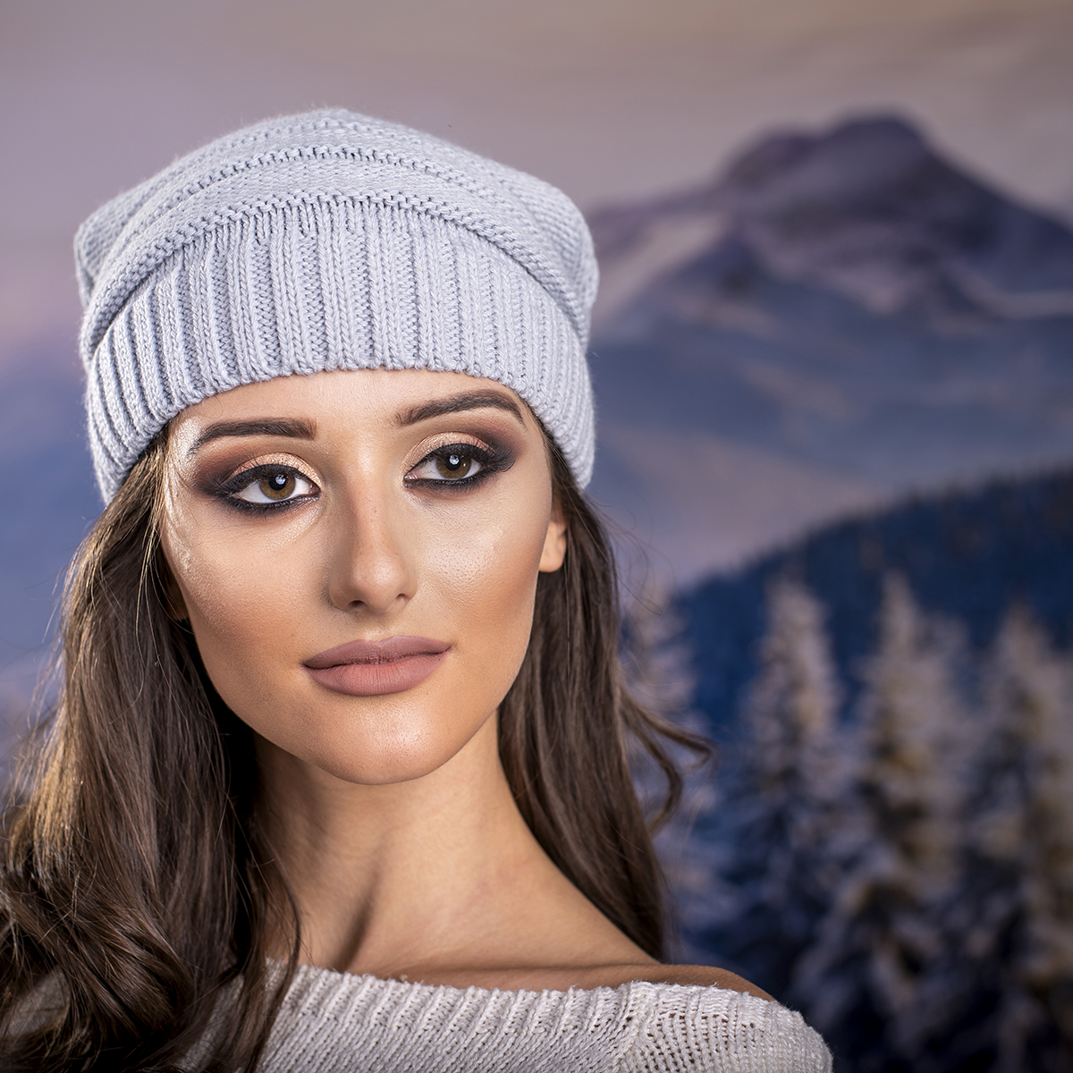 Дамска плетена шапка в Сиво