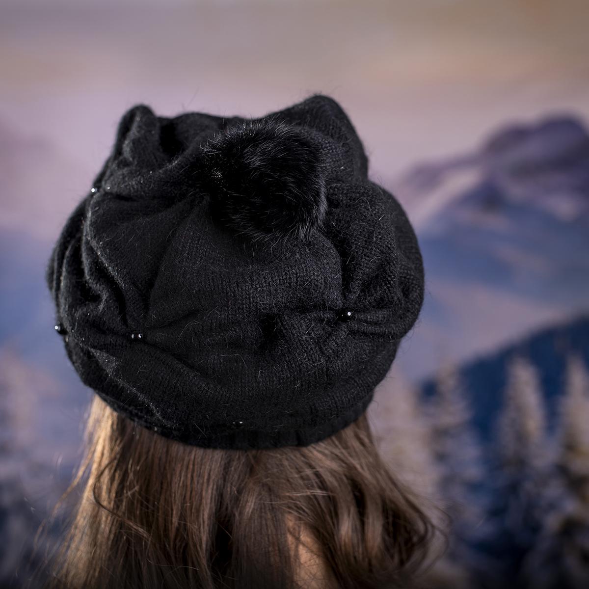 Зимна Плетена Шапка с Перли в Черно