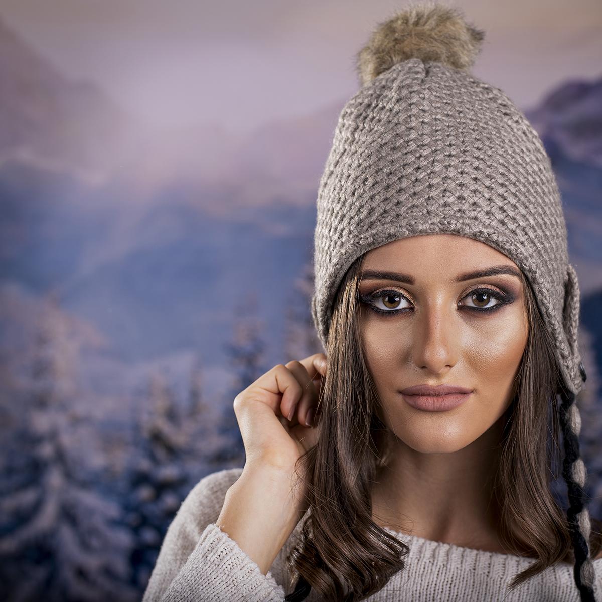 Дамска Зимна Шапка с Дълги Връзки в Тъмно Бежово