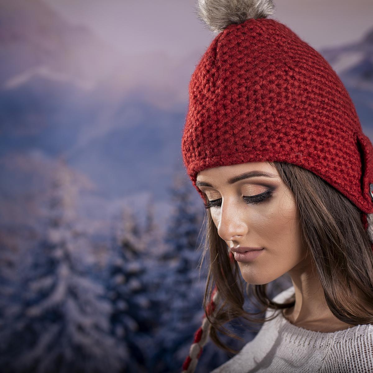 Дамска Зимна Шапка с Дълги Връзки в Червено