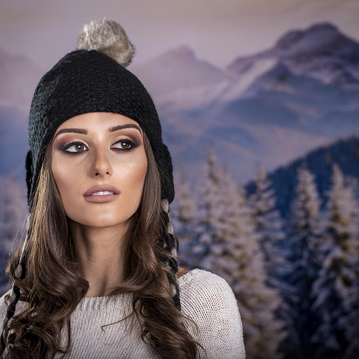 Дамска Зимна Шапка с Дълги Връзки в Черно