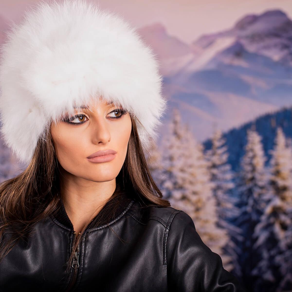 Бяла Дамска Зимна Шапка тип Калпак