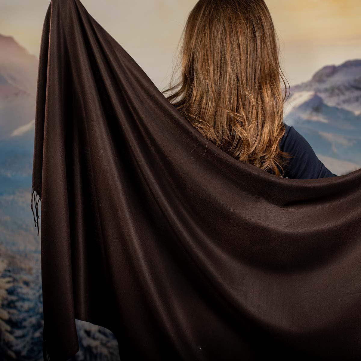 Дамски Едноцветен Шал в Тъмно Кафяво