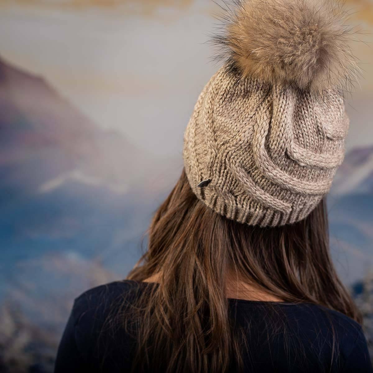 Дамска Зимна Шапка с Помпон Естествен Пух Светло