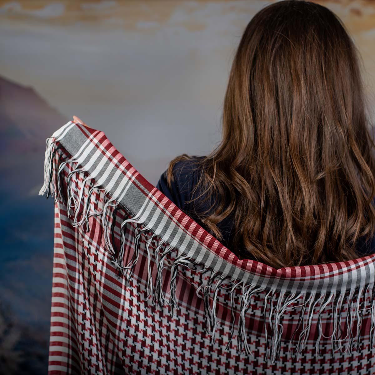 Дамски шал в Червено Бяло и Черно