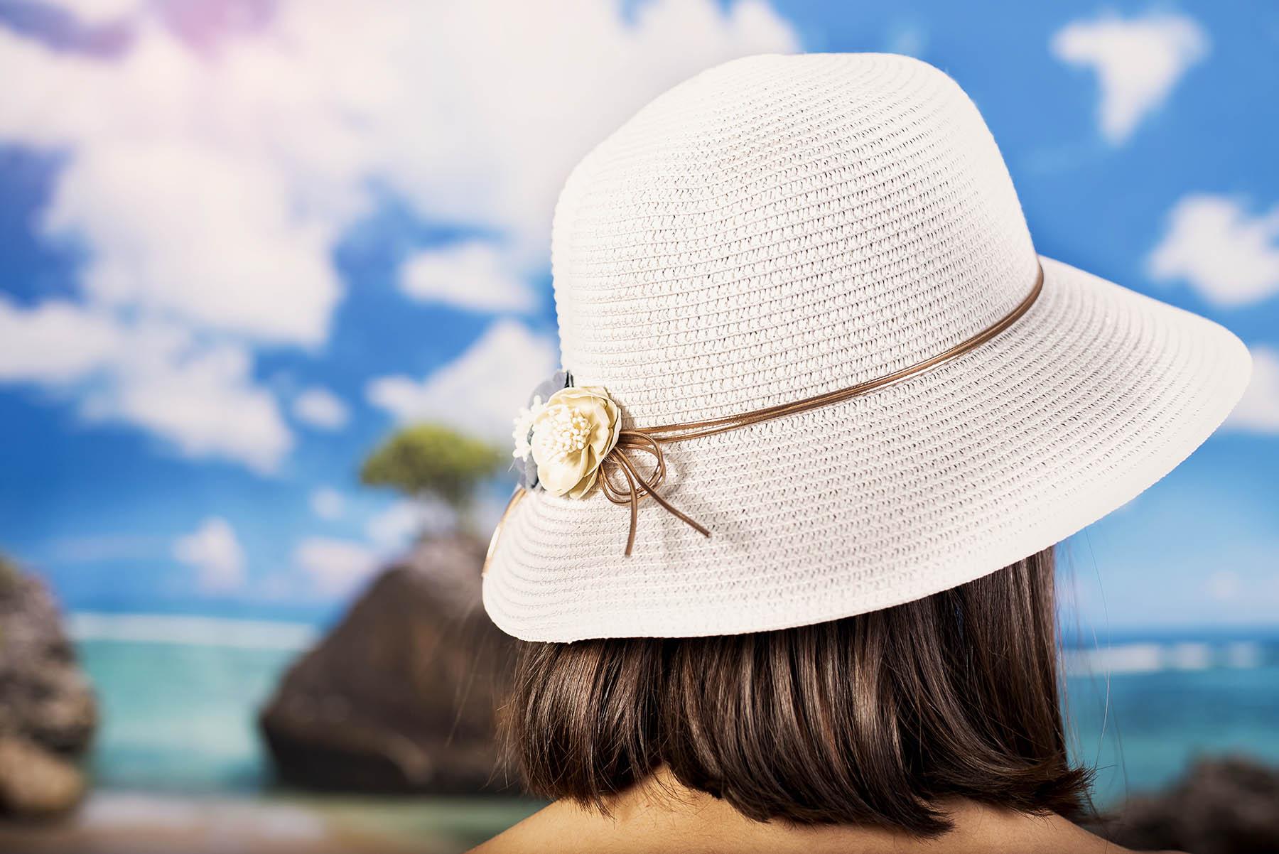 Дамска Лятна Капела с Две Цветчета в Бяло