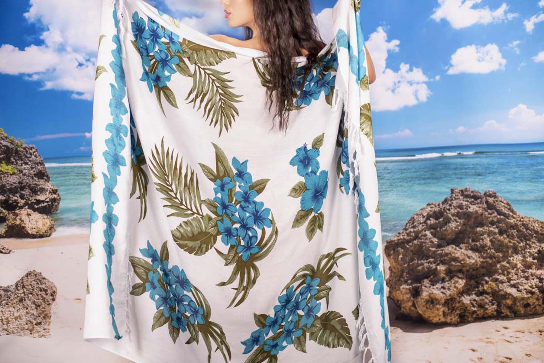 Плажен Шал в Бяло и Цветя в Сини Нюанси