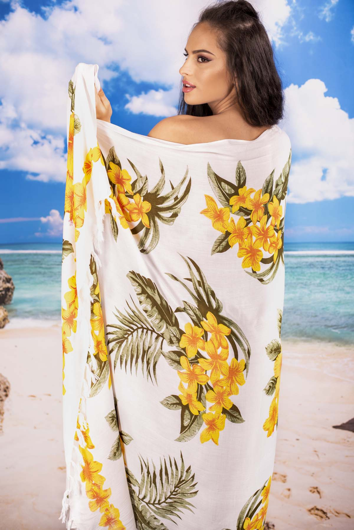 Плажен Шал в Бяло и Цветя в Жълто