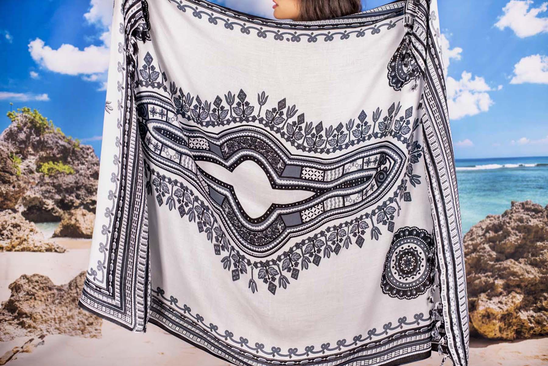 Плажен Шал в Бяло с Орнаменти в Сиво и черно