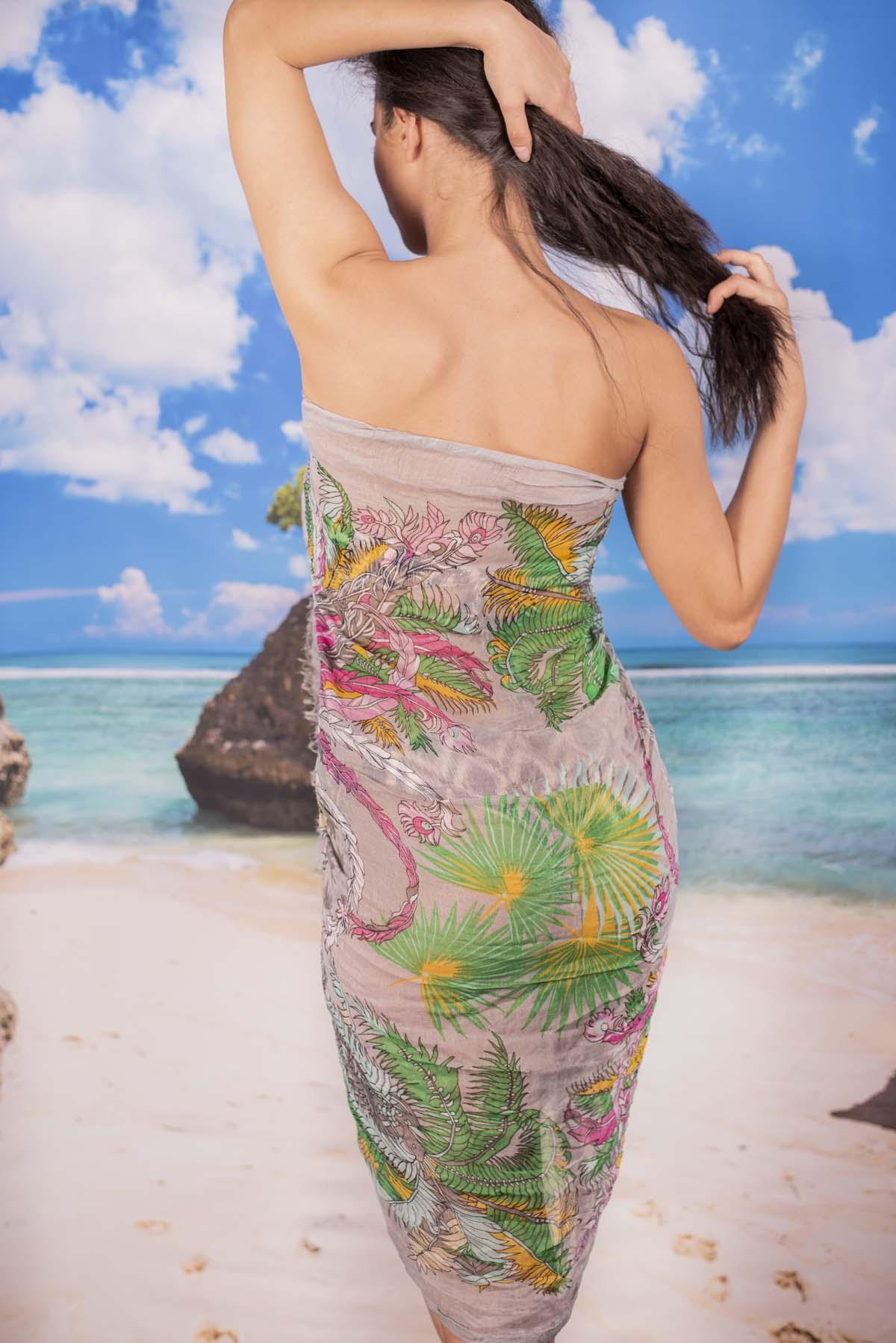 Ефирен Плажен Шал в Бледо Сиво с Палмови Цветя
