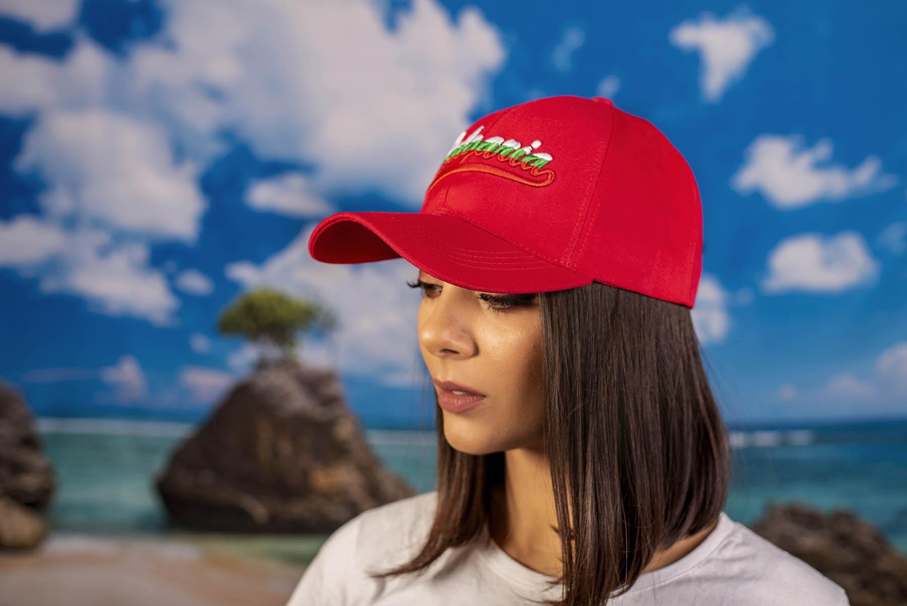 Червена шапка с надпис България