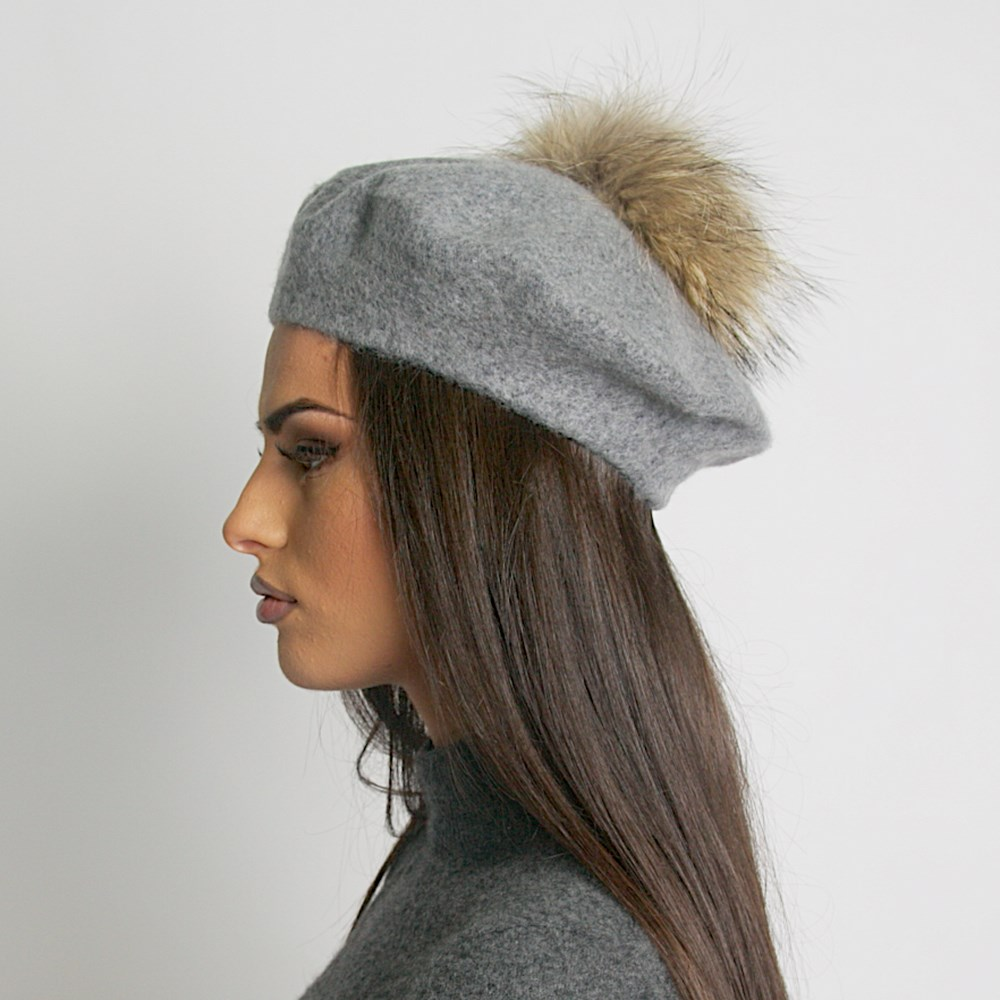 Дамска Зимна Барета с Естествен помпон