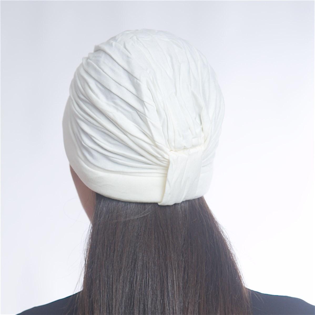 Дамски тюрбан с перлички в бял цвят