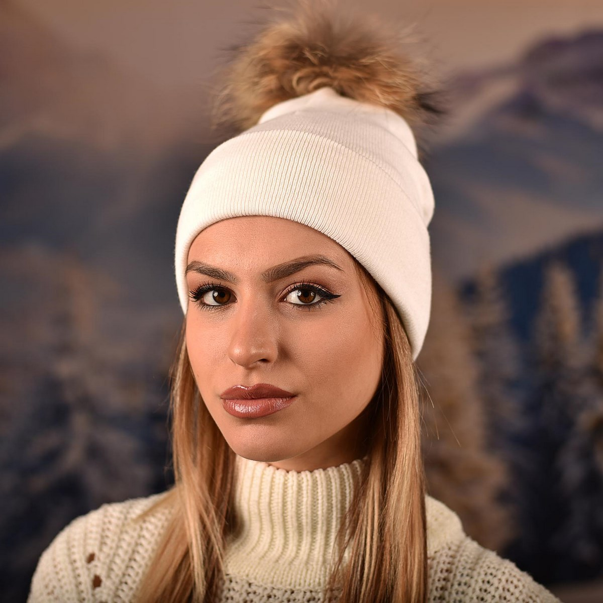 Бяла Плетена Шапка с Помпон Естествен Пух