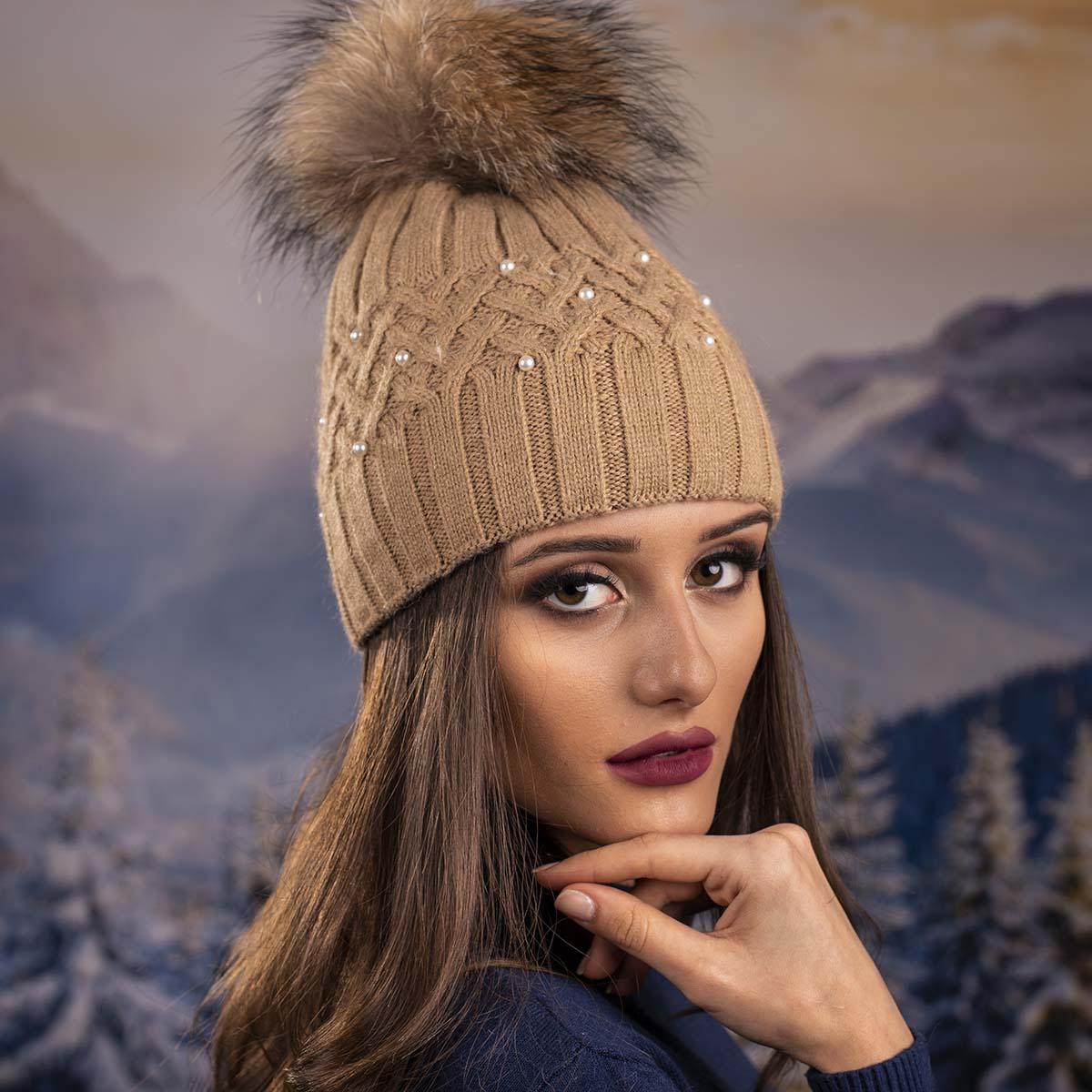 Бежова Дамска Зимна Шапка с Перлички