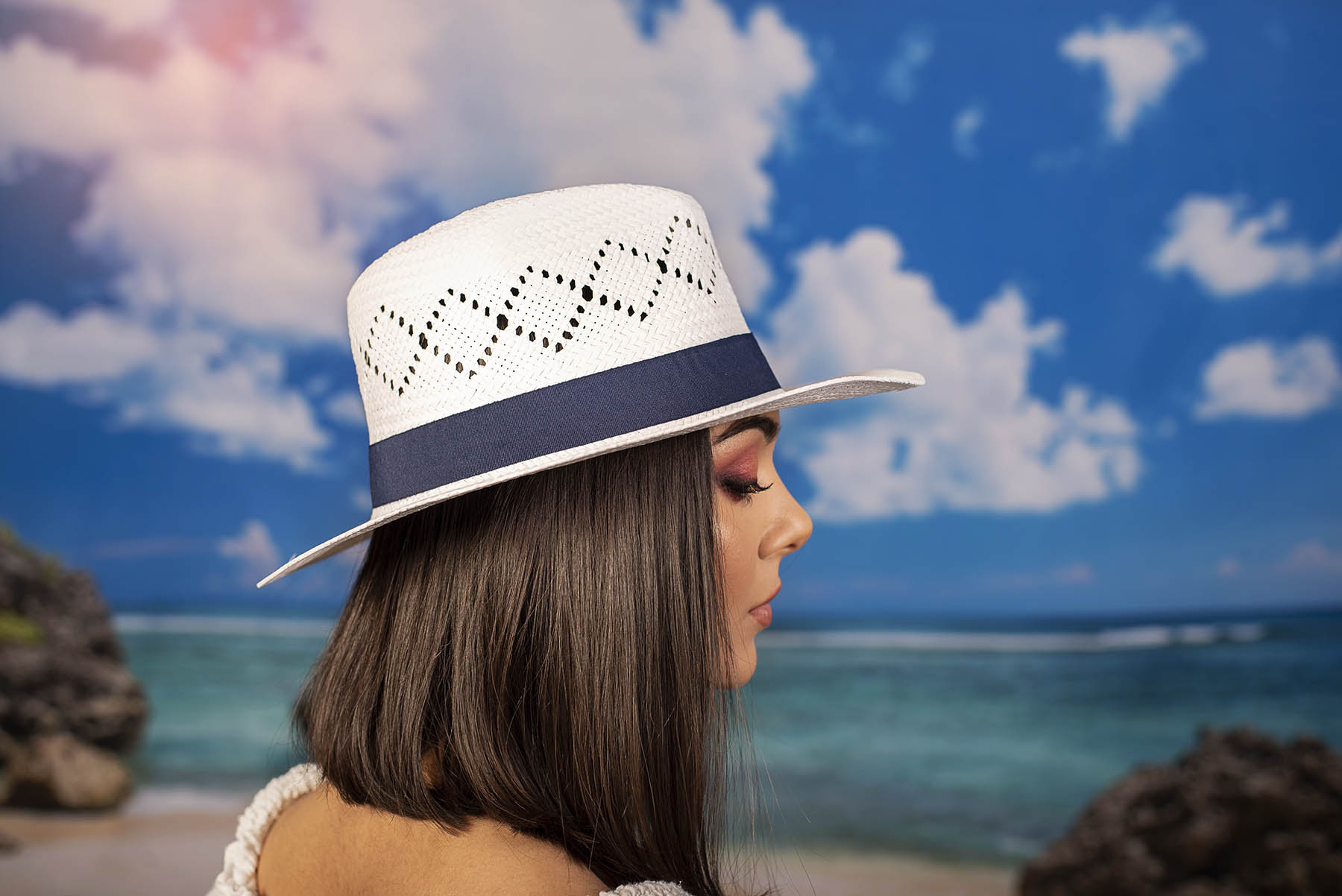 Бяла Дамска Капела с Декоративна Синя Лента