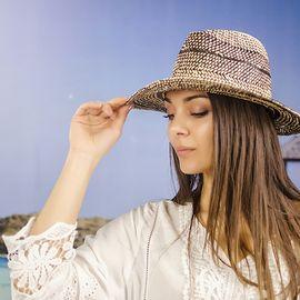 Плетена Дамска Капела с Декоративен Колан в Черно
