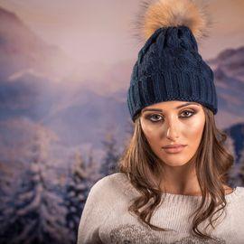 Дамска Зимна Шапка Плетена в Тъмно Синьо
