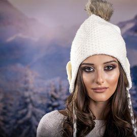 Дамска Зимна Шапка с Дълги Връзки в Бяло
