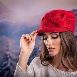Зимна Дамска шапка Ангора с козирка в Червено