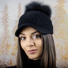 Плетена Дамска Шапка с Козирка и Помпон в Черно