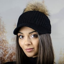Плетена Дамска Шапка с Козирка и Бежов Помпон в Черно