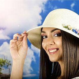 Дамска Капела в Цвят Крем с Цветчета