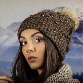 Дамска Зимна Шапка с Перлички и Естествен Пух в Кафяво