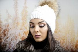 Бяла Дамска Зимна Шапка с Помпон Естествен Пух